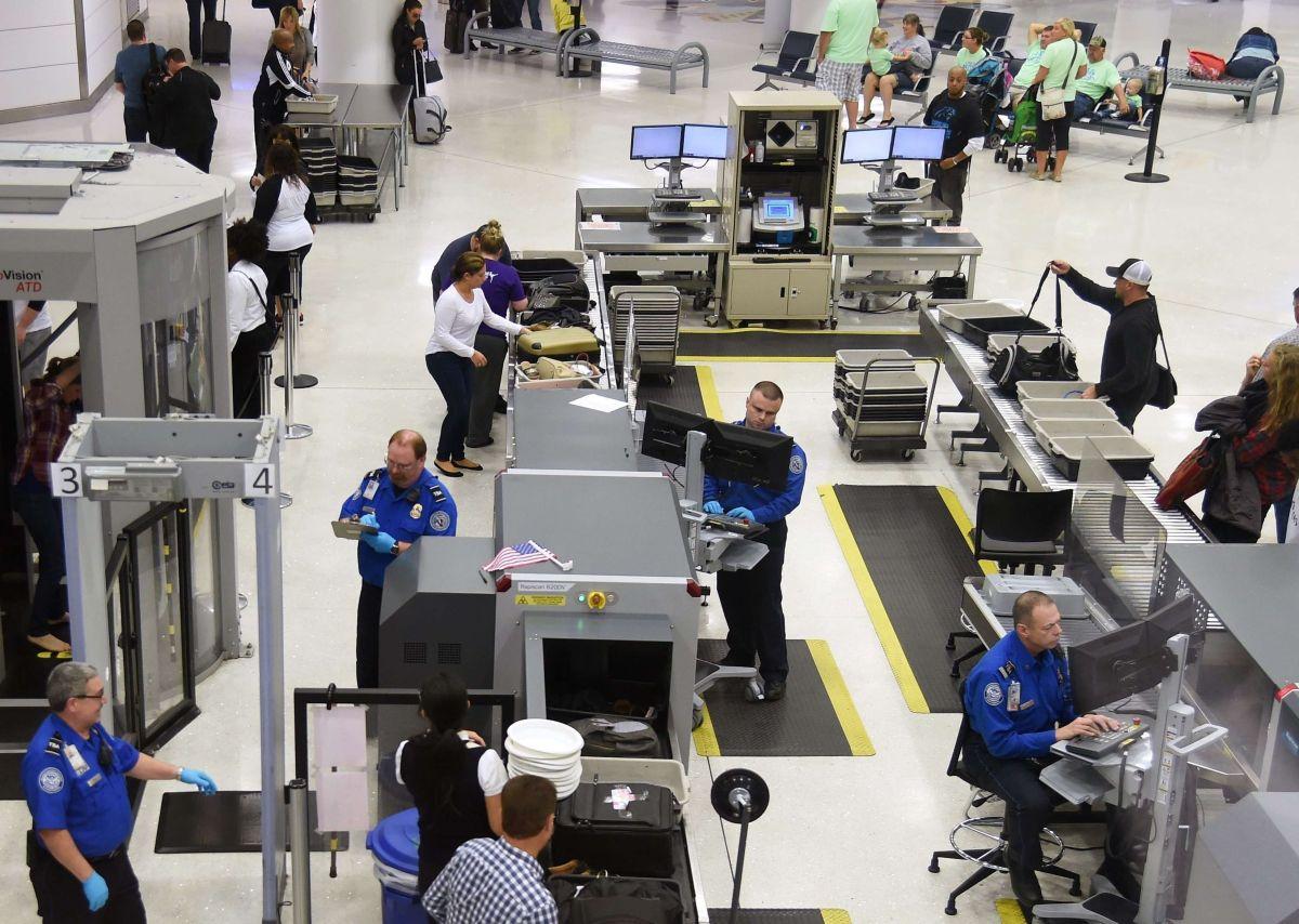 Los agentes de TSA garantizan la seguridad en los vuelos.