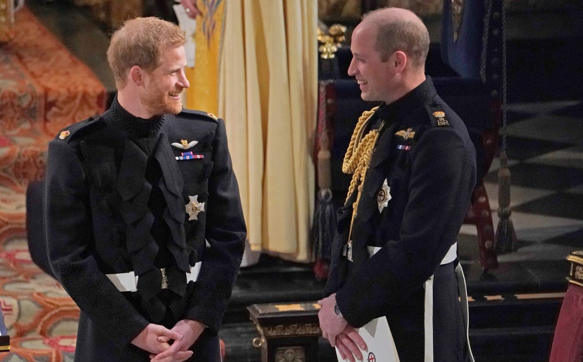 El príncipe Harry lucha por no quedarse calvo como su hermano William