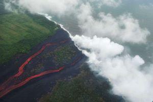 Anciano muere al caer en tubo de lava en su patio en Hawaii