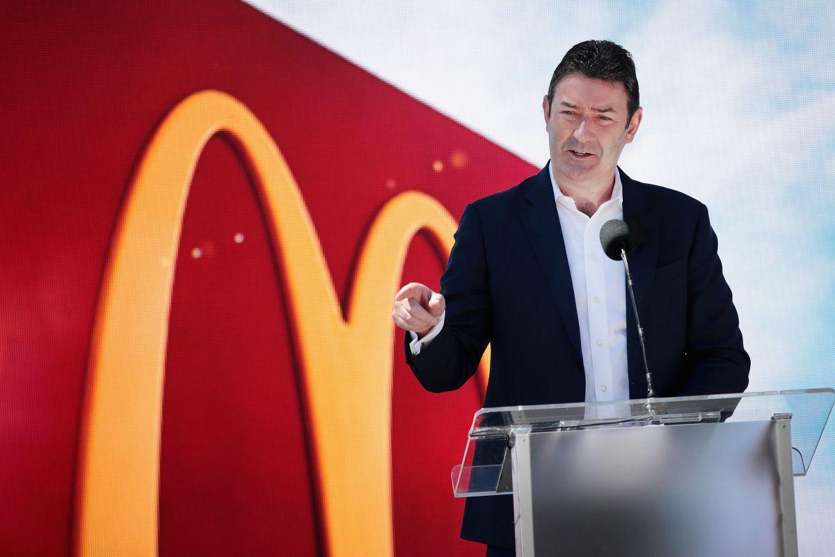 Despiden a CEO de McDonald's. Violó política de la empresa al mantener relación con empleada