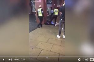 VIDEO: Guardia de McDonald's patea en la cara a un hombre que estaba acostado en la acera