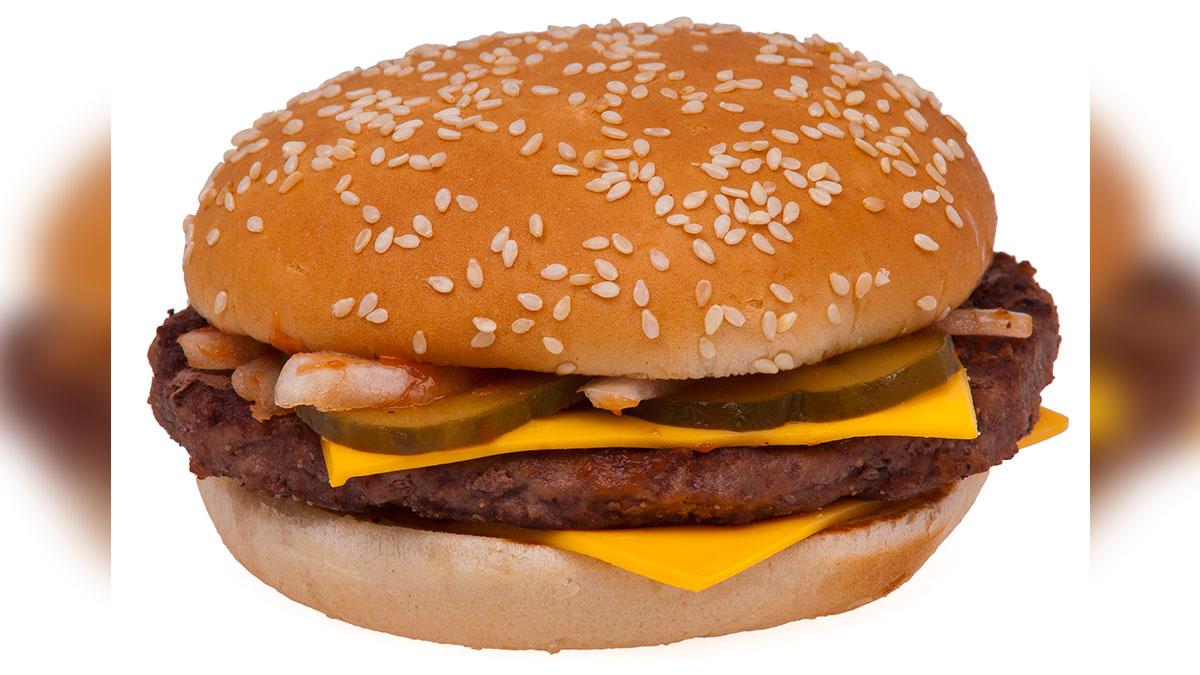 Un hombre decidió llevar el curioso experimento y ver si era cierto que las hamburguesas no se echaban a perder.