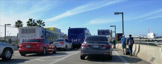 Un paquete sospechoso, protestas y Thanksgiving: caos en Aeropuerto de Los Ángeles