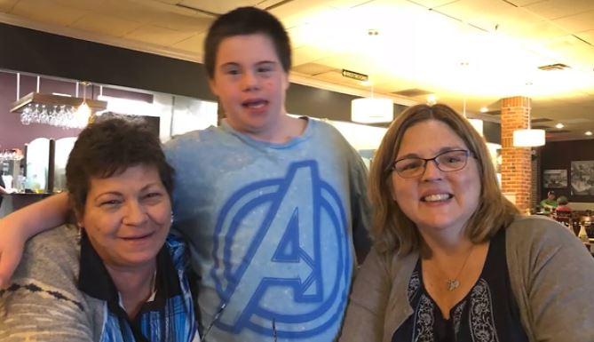 Maestra adopta a alumno con síndrome de Down tras la muerte de su madre por cáncer