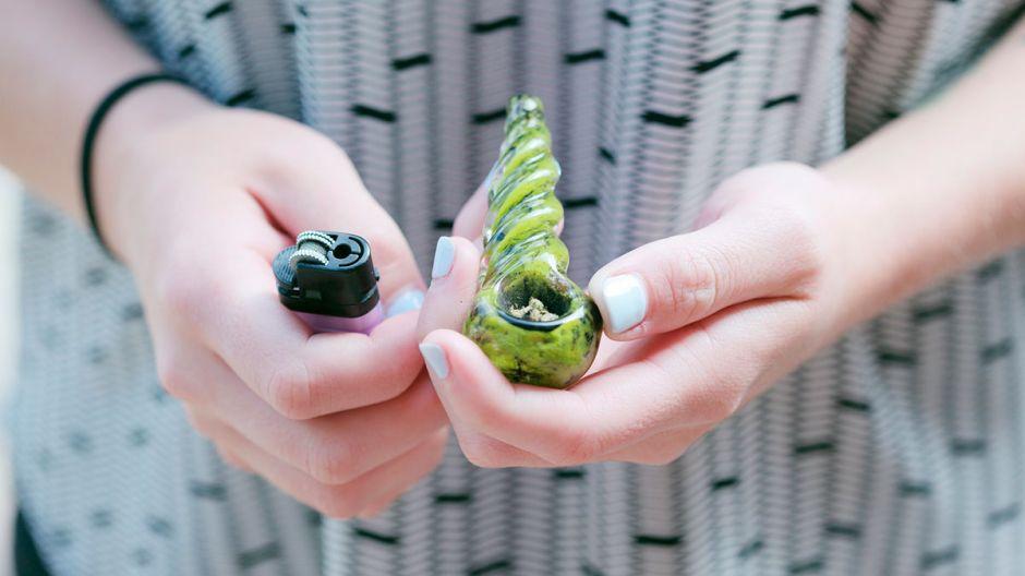 Empresa te paga $3,000 al mes por fumar marihuana
