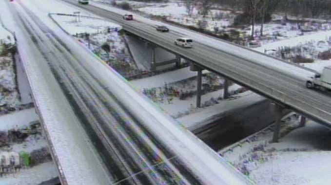 Las principales vías en Minneapolis están cubiertas de nieve.