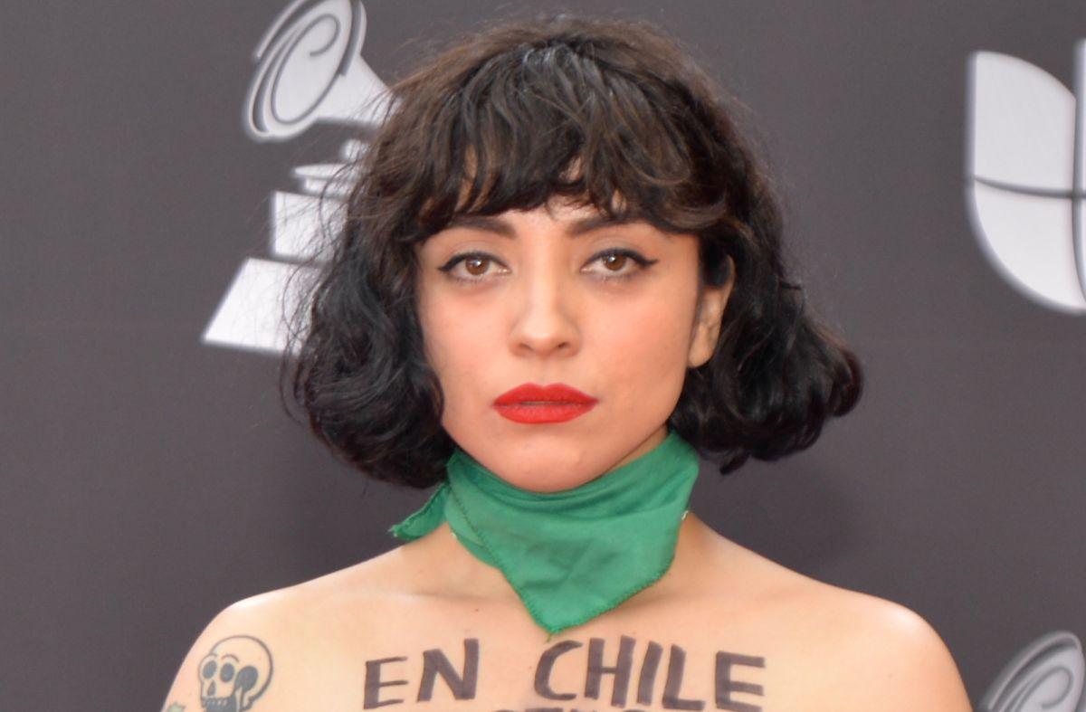 Mon Laferte se desnuda en plena alfombra roja de los Latin Grammys 2019