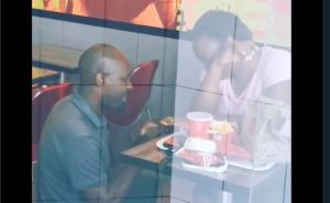 Le pide matrimonio en un KFC, se burlaron de ellos en redes sociales y ahora grandes empresas les pagarán la boda