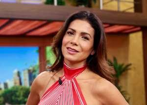 Paty Manterola presume cuerpazo en bikini mientras practica yoga junto a la piscina