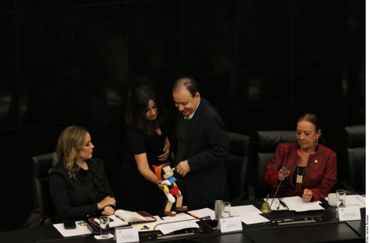 """Por """"mentiroso"""" regalan un Pinocho a Alfonso Durazo, secretario de Seguridad de México"""