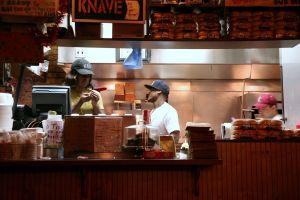 VIDEO: captan el momento en que tres hombres irrumpen y roban un restaurante de Koreatown en medio de la pandemia