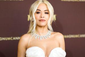 Rita Ora deleita a sus fans luciéndose con un microbikini verde