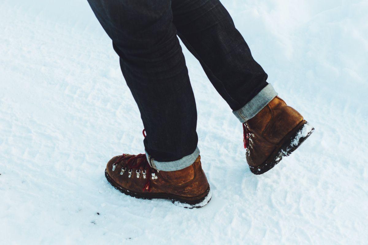 Usa un lanzallamas para derretir la nieve de su porche