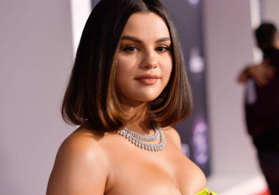 Con sensual body negro, Selena Gomez dice adiós a su pasado como chica Disney