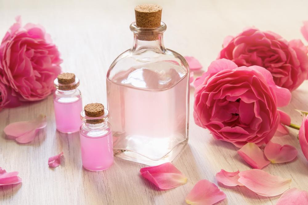 4 productos con agua de rosas para perfumar y nutrir tu piel