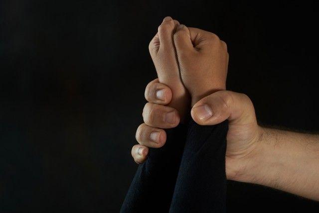 Padre viola a su hija por años y la embaraza tres veces; la primera a los 11