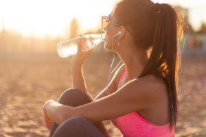 Conoce las 6 razones científicamente comprobadas por las que tomar mucha agua en el día beneficia tu salud y disminución de peso