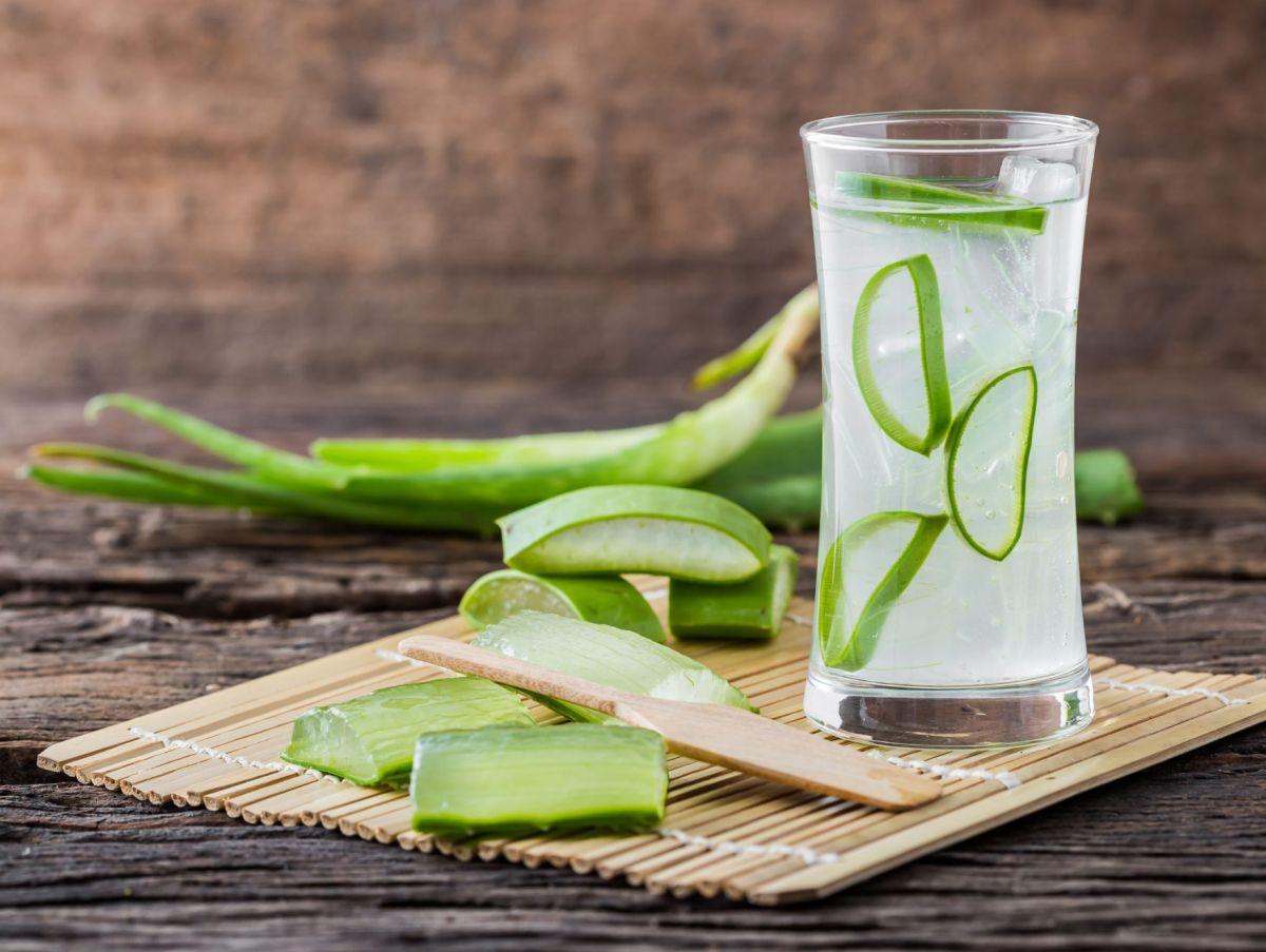El jugo de aloe vera es un popular remedio curativo que se relaciona con grandes cualidades para perder peso, depurar el hígado y mejorar la apariencia de la piel.