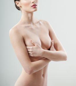 """Mujer con """"cuatro senos"""" se opera para quitarse dos y tener una vida sexual sana"""