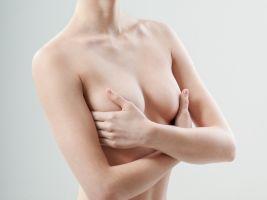 Mujer enfrenta cargos por mostrar los senos al aire en su propia casa