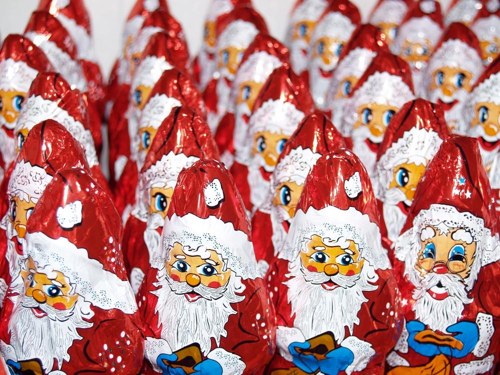 Compró un Santa Claus de chocolate y al abrirlo encontró algo desagradable