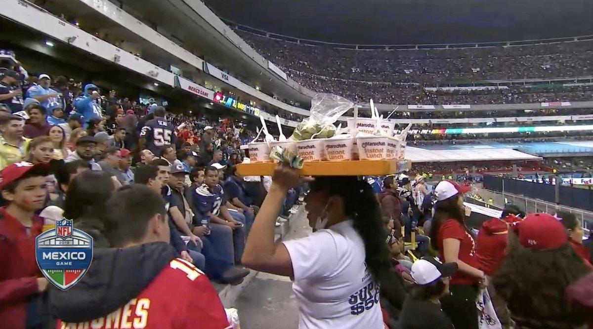 Vendedora de sopas instantáneas del Estadio Azteca causa sensación en Estados Unidos.