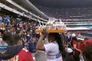 Vendedora de sopas instantáneas del Estadio Azteca causa sensación en Estados Unidos