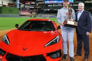 Muy raro: Chevrolet regaló 1 Corvette a 1 jugador de baseball en 2 estadios a la misma vez
