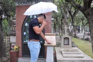 """Youtuber visita la tumba de Chespirito, de """"El Chavo del 8"""", y se topa con emotivo mensaje"""