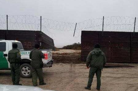 La 'puerta' en el muro fronterizo que se abrieron los 'coyotes'.