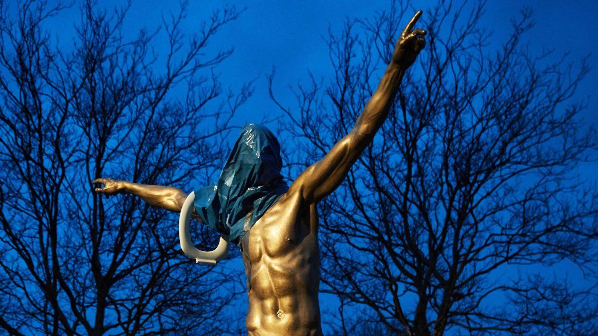 Pasión desbordada: hinchas del Malmoe destruyeron la estatua de Zlatan por adquirir al equipo rival