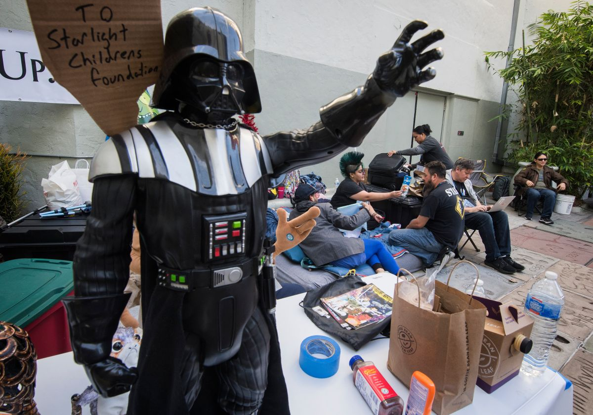Fanáticos acampan en cine de Los Ángeles a la espera del próximo estreno de Star Wars