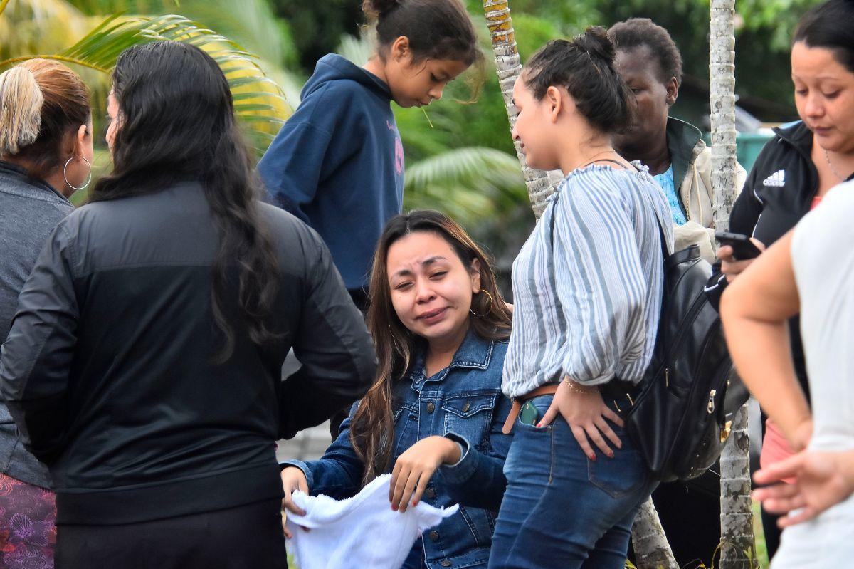 Familiares de los presos esperan noticias frente a la cárcel de Tela, Honduras.