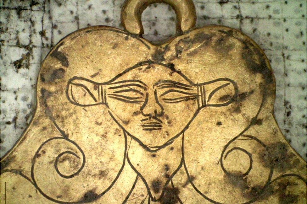 Las milenarias joyas de oro encontradas en 2 tumbas reales de la Edad de Bronce en Grecia