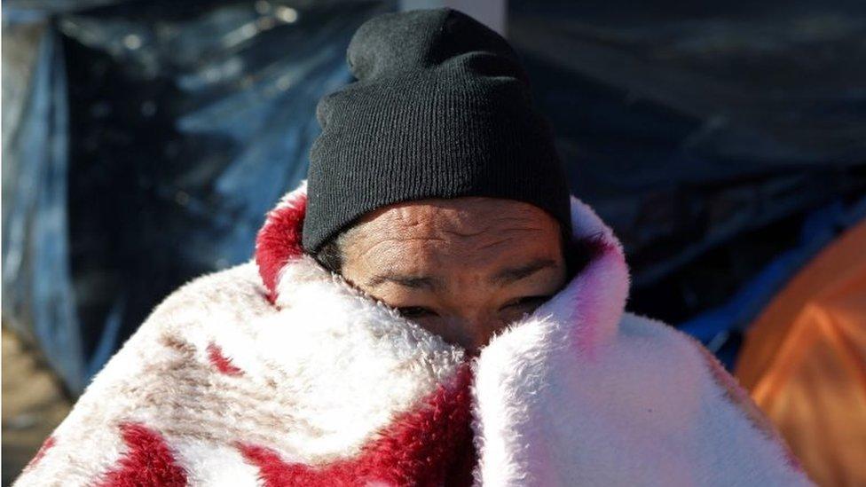 En fotos: cómo lidian con la ola de frío los migrantes acampados en la frontera entre México y Estados Unidos