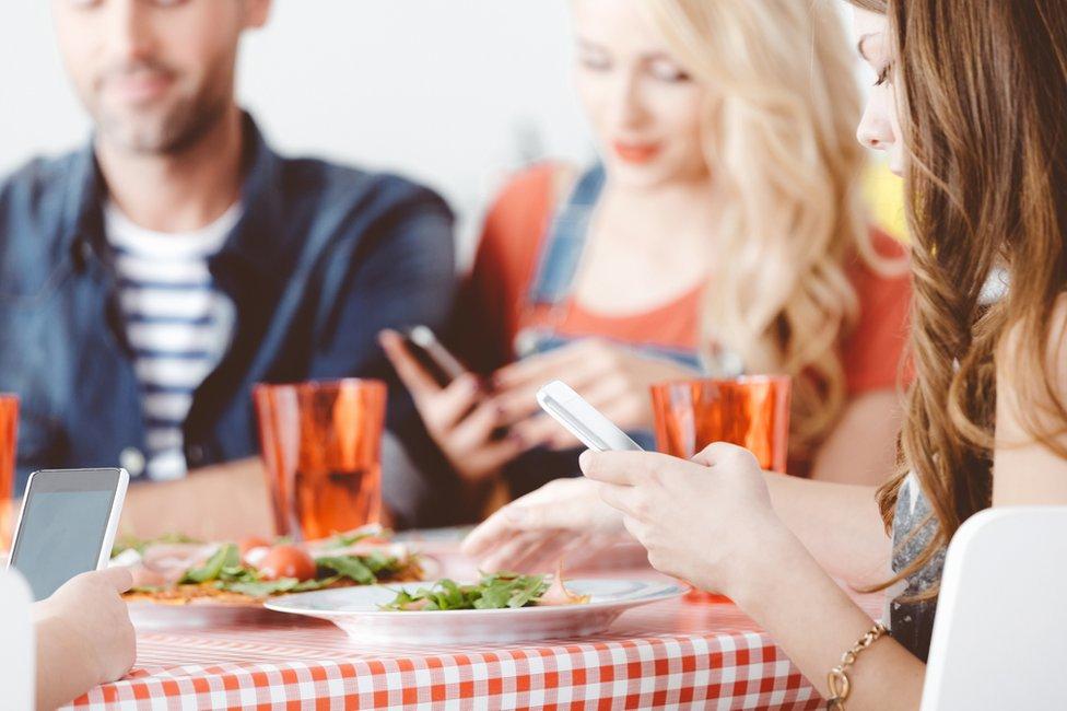 3 sencillas ideas para mantener los teléfonos fuera de la mesa estas fiestas