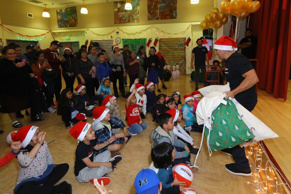 'El Piolín' entrega regalos a niños desfavorecidos en Los Ángeles