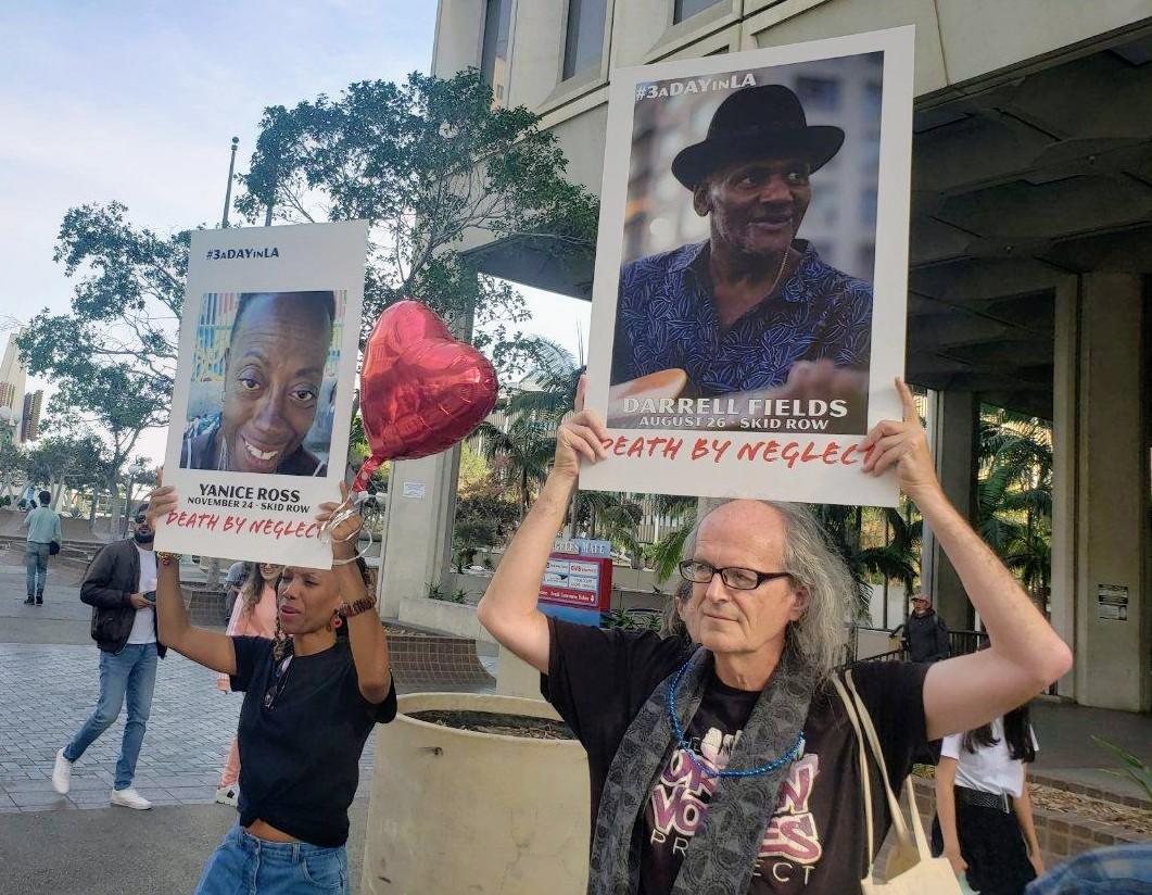 Docenas de activistas llevaron a cabo una vigilia y ceremonia en honor a los desamparados que han fallecido en las calles de Los Ángeles. (Suministrada)