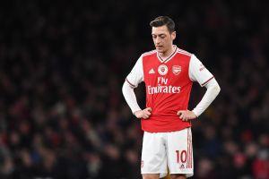 Cambio en la TV China: Sale vetado Mesut Özil y entra Raúl Jiménez