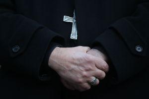 Joven víctima de sacerdote pedófilo lo asesina asfixiándolo con crucifijo en Francia