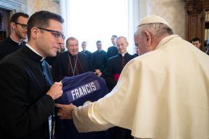 El Papa Francisco ya tiene jersey de la NFL