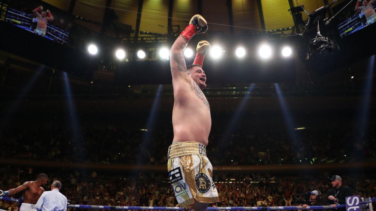 """El campeón mostró sus movimientos y golpes con la canción """"Jefe de Jefes""""."""
