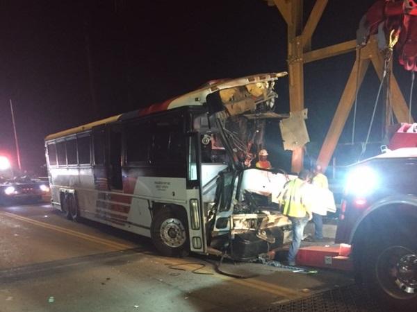 Así quedó el autobús contratado por ICE tras chocar en Texas.