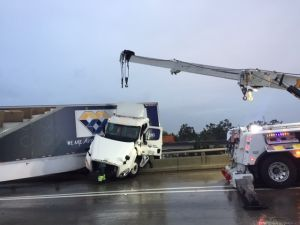 Pesadilla de tráfico por accidentes en Los Ángeles: cierran carreteras 5 y 710