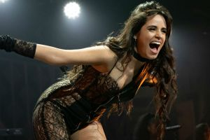 Con ajustados leggings deportivos, Camila Cabello promueve el voto luciendo su figura en la calle