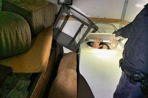 Descubren a 11 inmigrantes chinos adentro de los muebles de un camión de mudanza