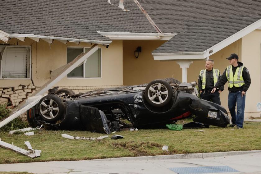 Accidente mortal: auto choca y destroza casa en el área de Los Ángeles