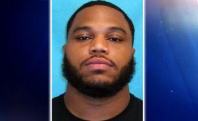 Jugador de los Dallas Cowboys es arrestado por traer droga; trató de esconderla