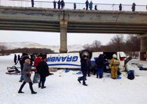 Mueren 19 personas al caer un autobús sobre un río congelado en Siberia