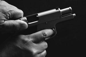 Cliente insatisfecho: No le gustó el corte que le hizo a su hijo ¡y le disparó al peluquero tres veces!